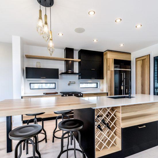Combinaison de noir et de bois dans une cuisine conviviale