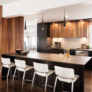 Une cuisine moderne et chaleureuse aux accents de bois