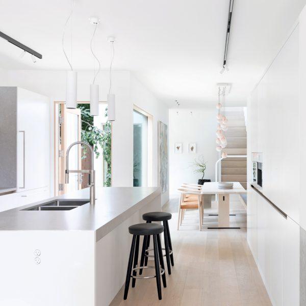 Une cuisine neutre et minimaliste