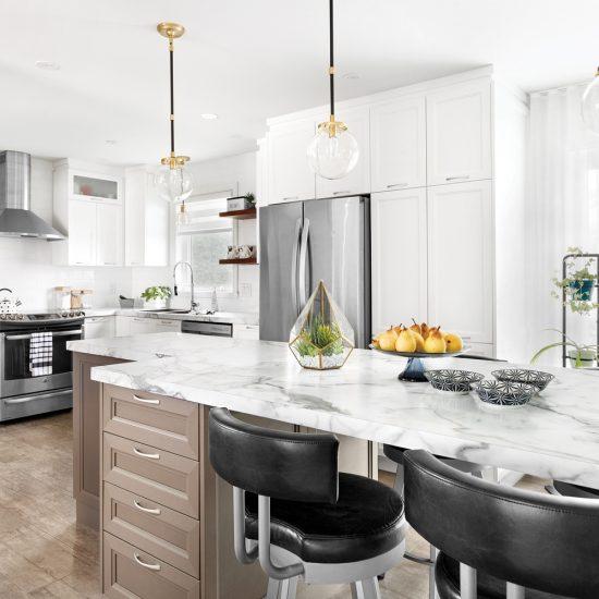 Une cuisine classique, neutre et lumineuse