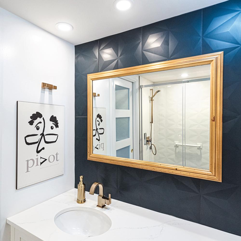 Touche de bleu dans la salle de bain!