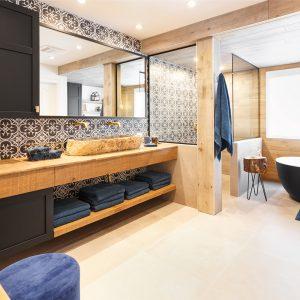 Une salle de bain à l'exotisme enveloppant