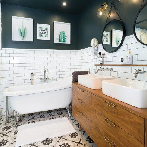 Une salle de bain à l'esprit rétro réinventé