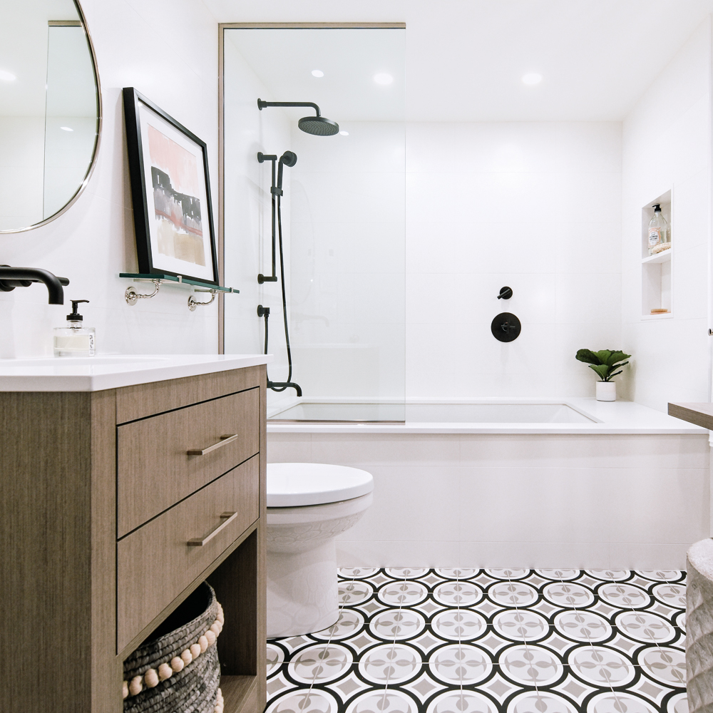 Une salle de bain actualisée tout en contraste