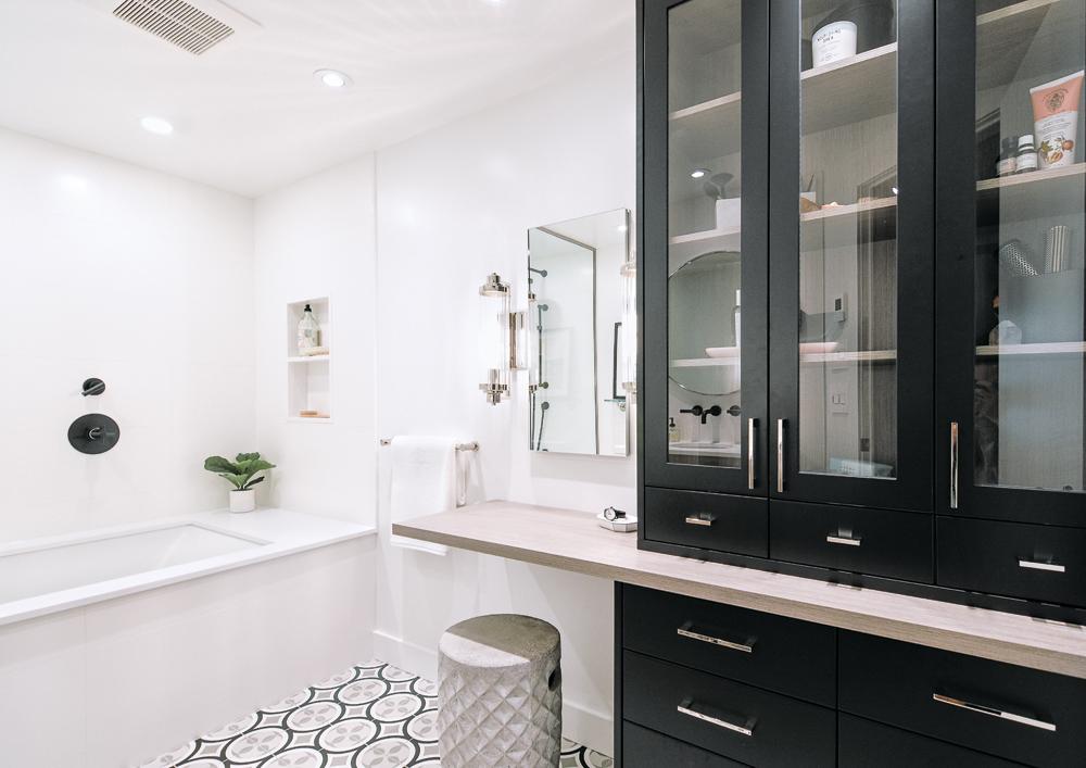 Une salle de bain actualisée tout en contraste1