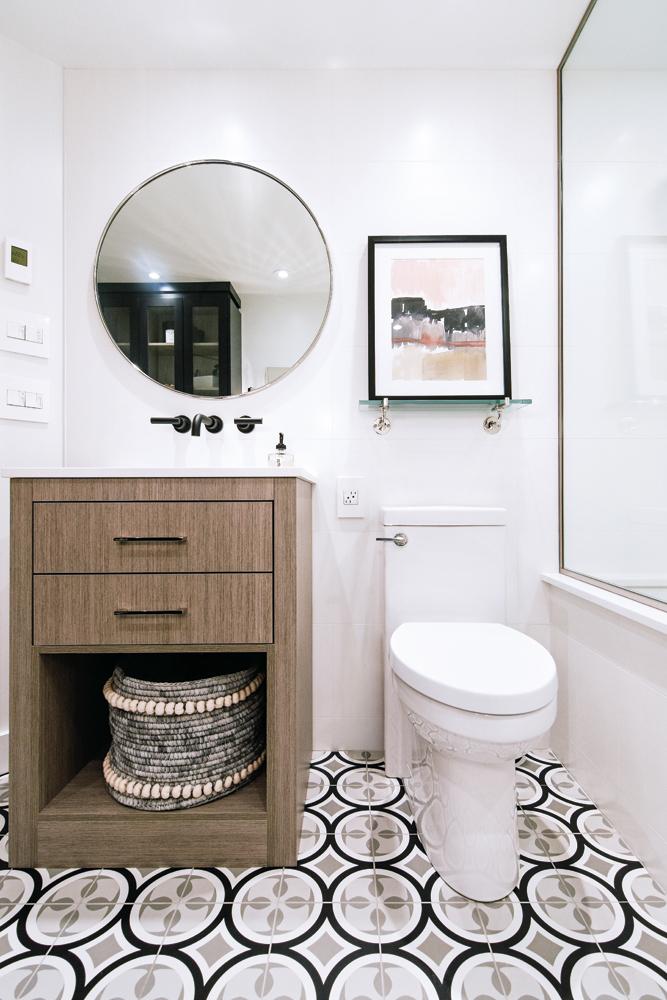 Une salle de bain actualisée tout en contraste2