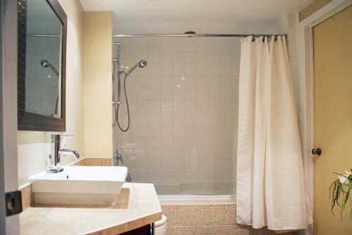 Une salle de bain actualisée tout en contraste3