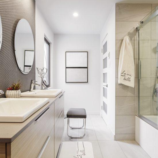 Une salle de bain décloisonnée au style contemporain