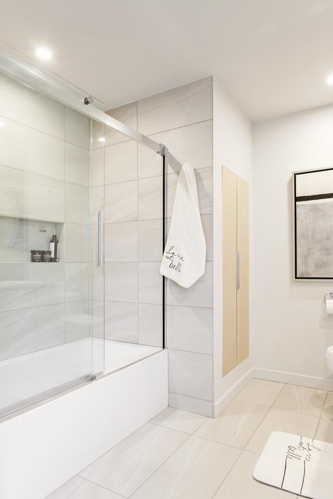 Une salle de bain décloisonnée au style contemporain2