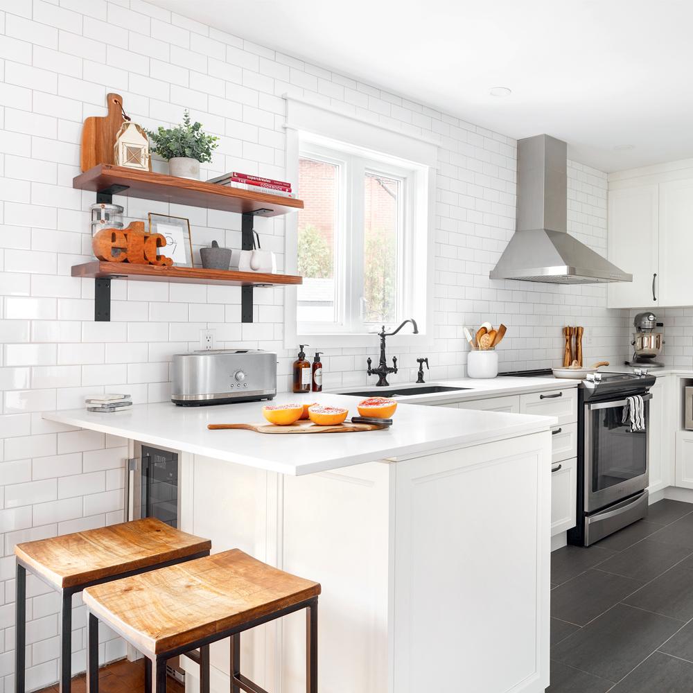 Une cuisine blanc lumineux avec accents de bois