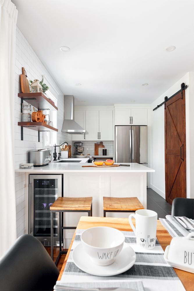 Une cuisine blanc lumineux avec accents de bois3