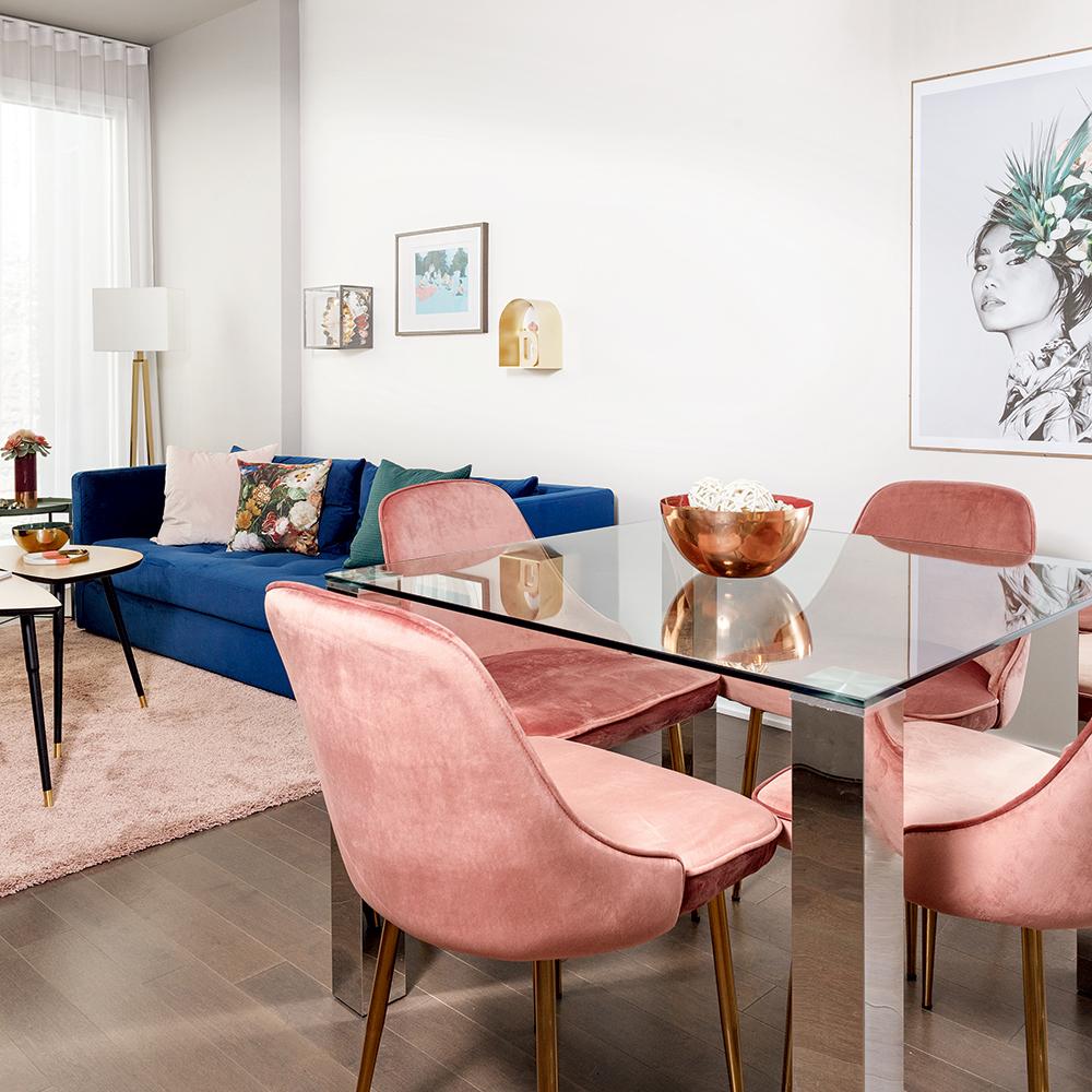 Chaises roses en velours pour la salle à manger