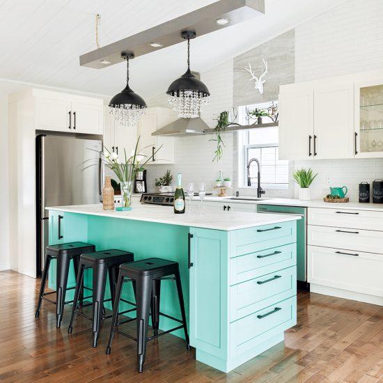 Un îlot de cuisine turquoise