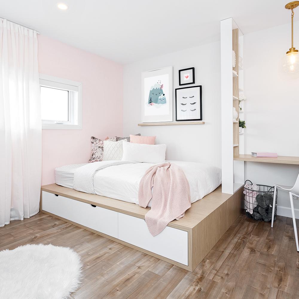 Une chambre rose, blanc et gris