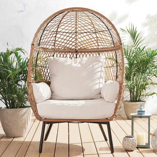 Le fauteuil «Egg Chair» en rotin: le meuble extérieur vedette de l'été!