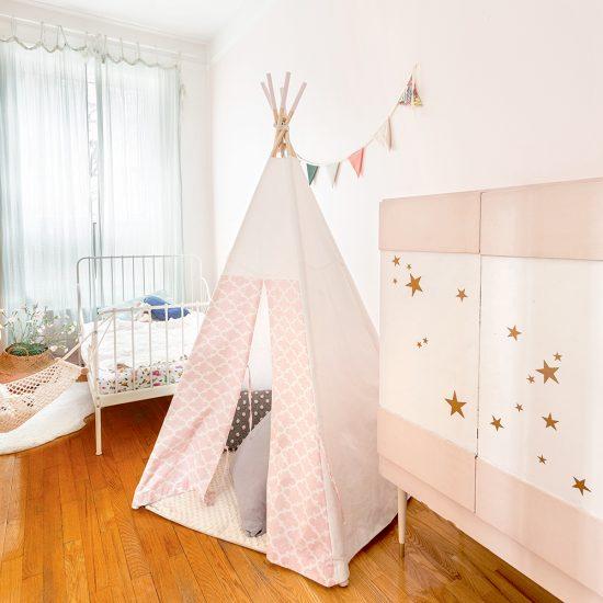 Chambre d'enfant: un décor rose pâle de conte de fées