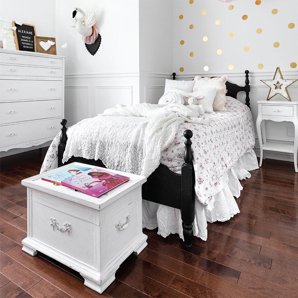 Chambre de petite fille, lit noir, murs blanc avec pois dorés