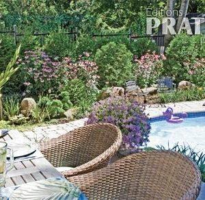 Plate-bande fleurie près de la piscine