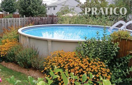 Jardin de vivaces autour de la piscine hors terre