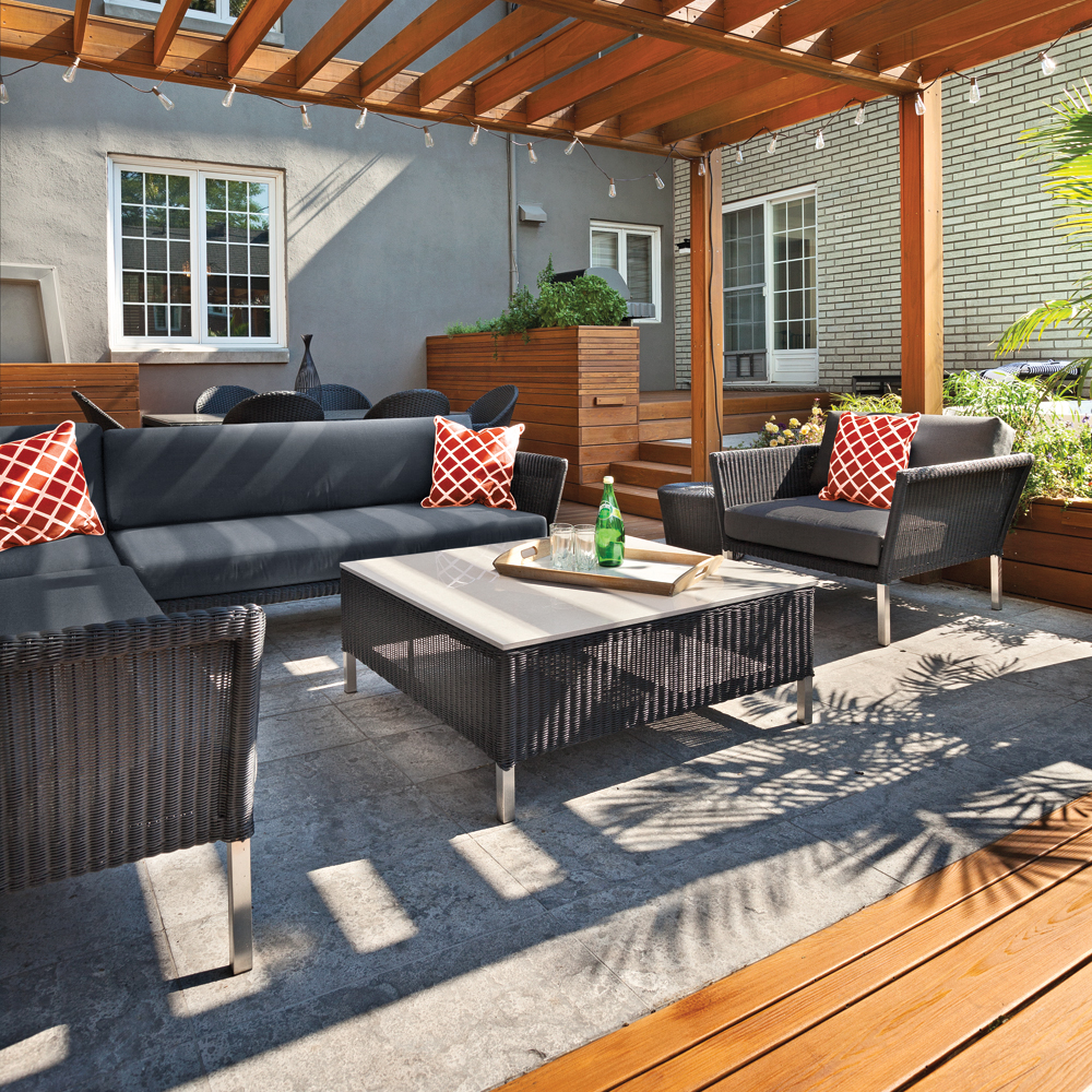 Terrasse entourée de bois