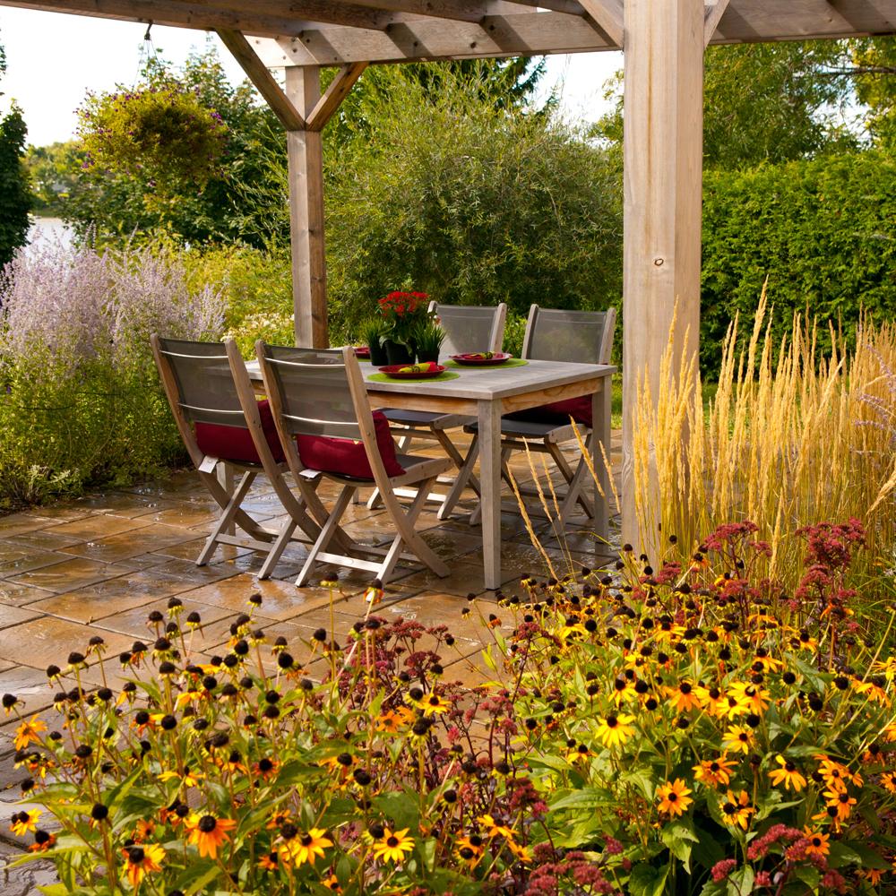 Végétation foisonnante sur la terrasse