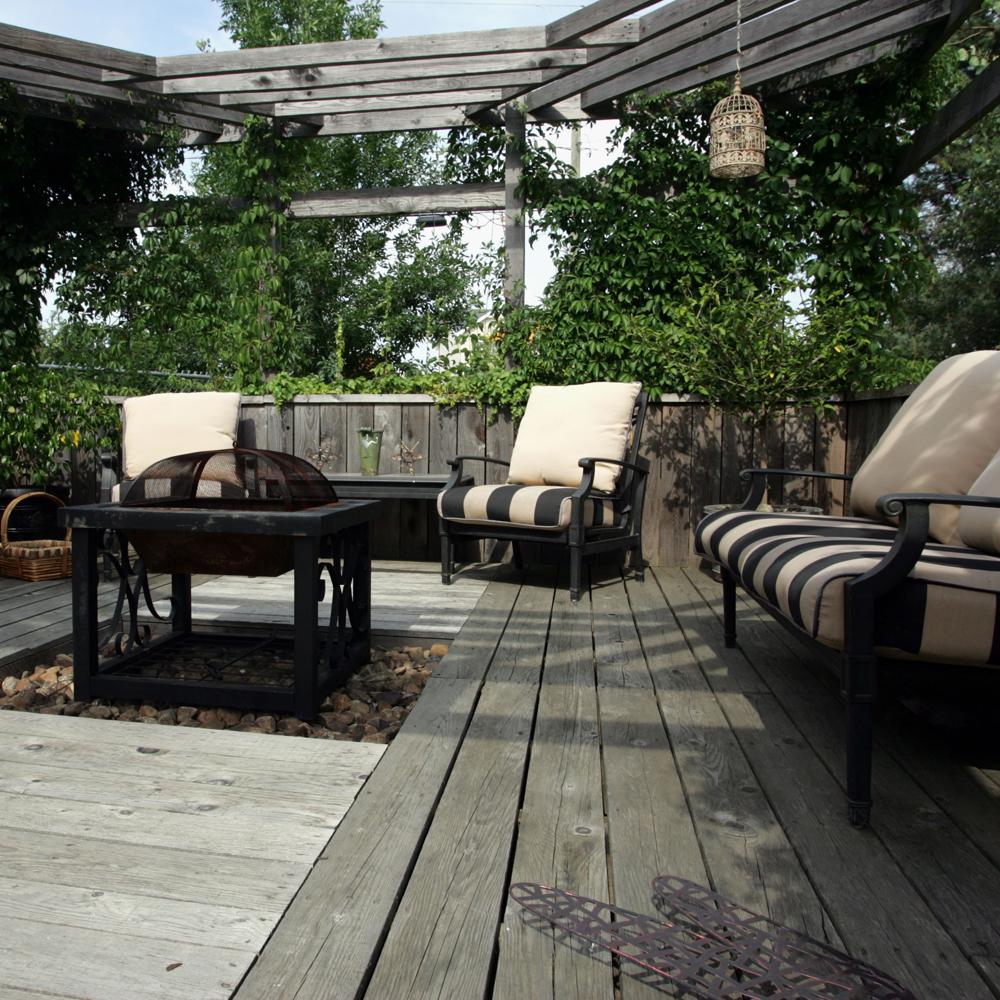 Terrasse de bois et de végétaux