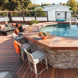 La bonne idée: Un comptoir-bar intégré à la piscine
