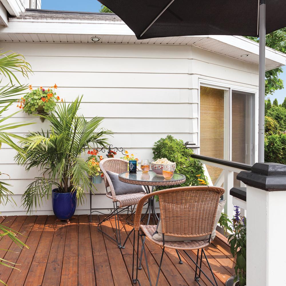 Coin-lunch aux accents tropicaux sur la terrasse