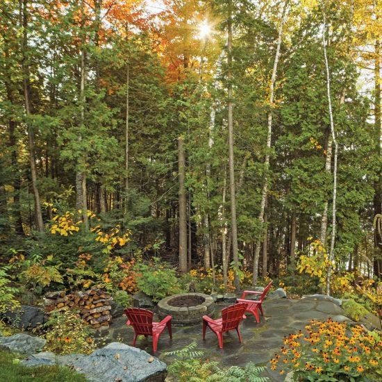 Terrasse et coin-feu en forêt