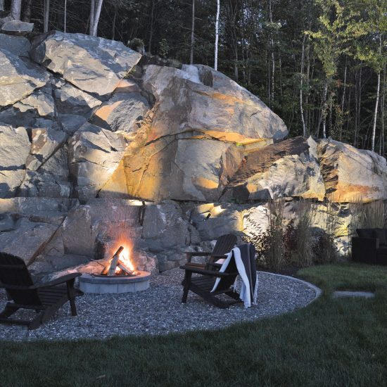 Terrasse et coin-feu au pied du rocher