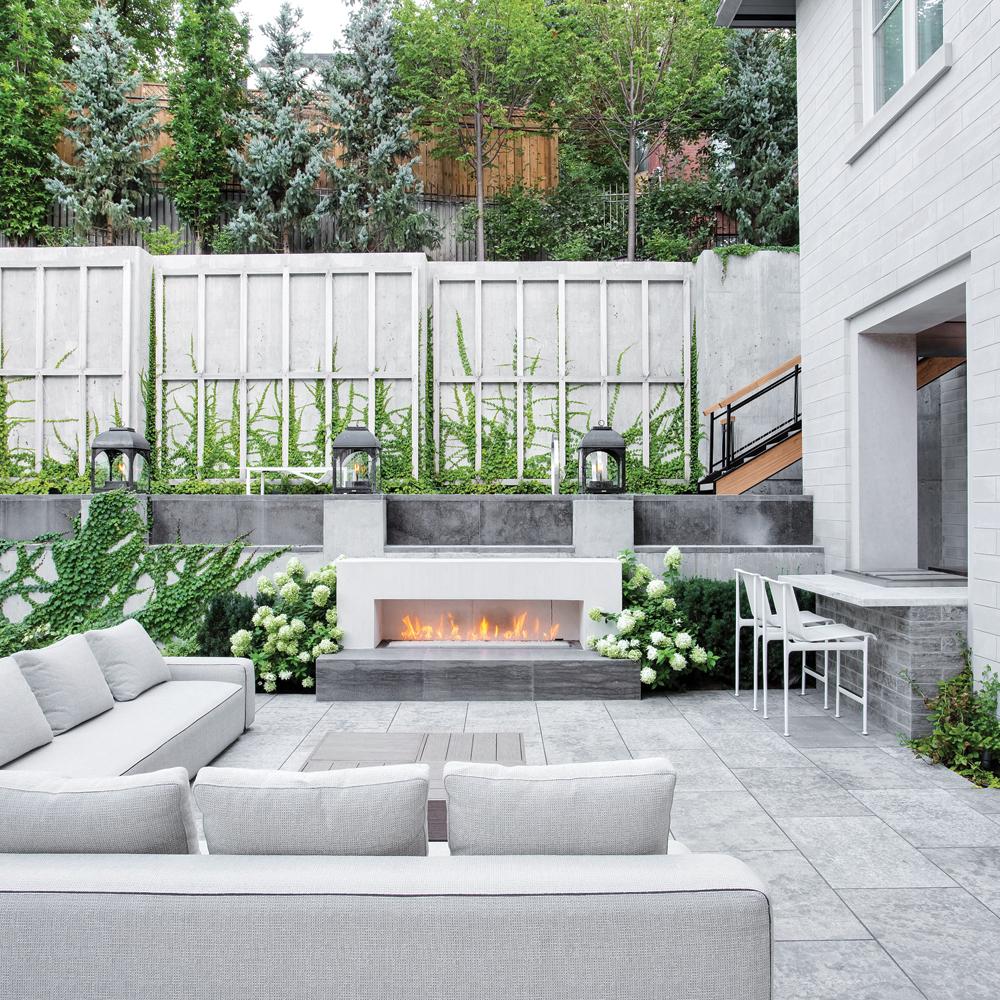 Espace détente extérieur avec foyer intégré
