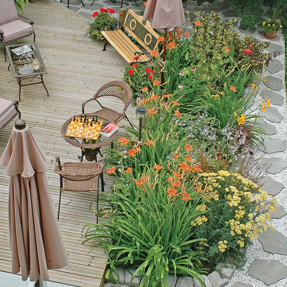 Platebande fleurie dans une cour parfaite pour recevoir