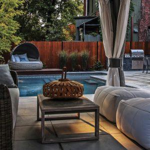 Confort moderne autour de la piscine