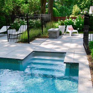 Aménagement moderne autour de la piscine