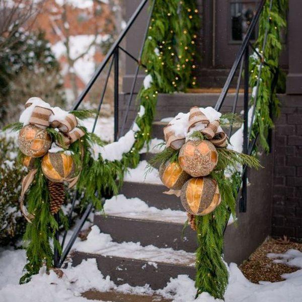 Un escalier d'entrée aux ornements d'inspiration scandinave