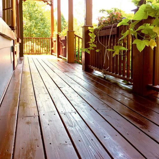 L'huile: une option avantageuse pour protéger son patio en bois