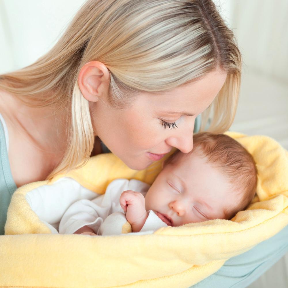 Endormir bébé dans ses bras: une bonne idée?
