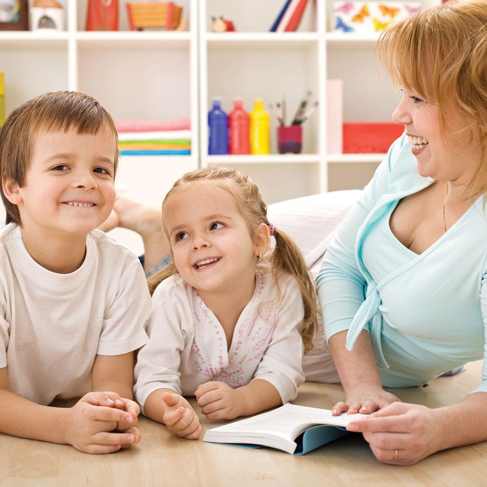 Rester à la maison pour les enfants : un bon choix?